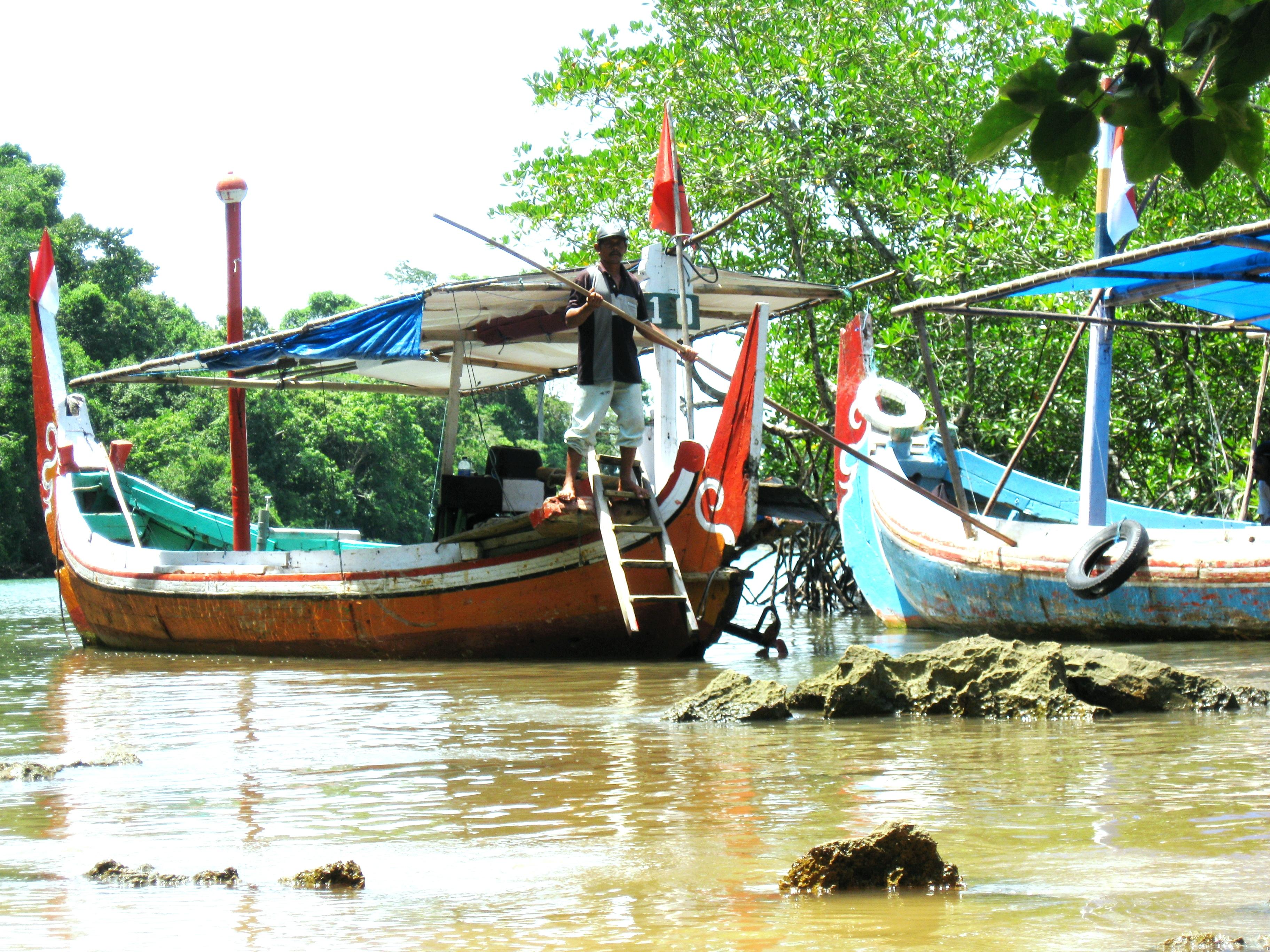 Jasa Perahu yang mengantarkan menyebrang ke Pulau Sempu
