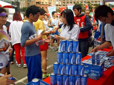 800px-2008JinShiMarathon_SponsorArea_PocariSweat-2